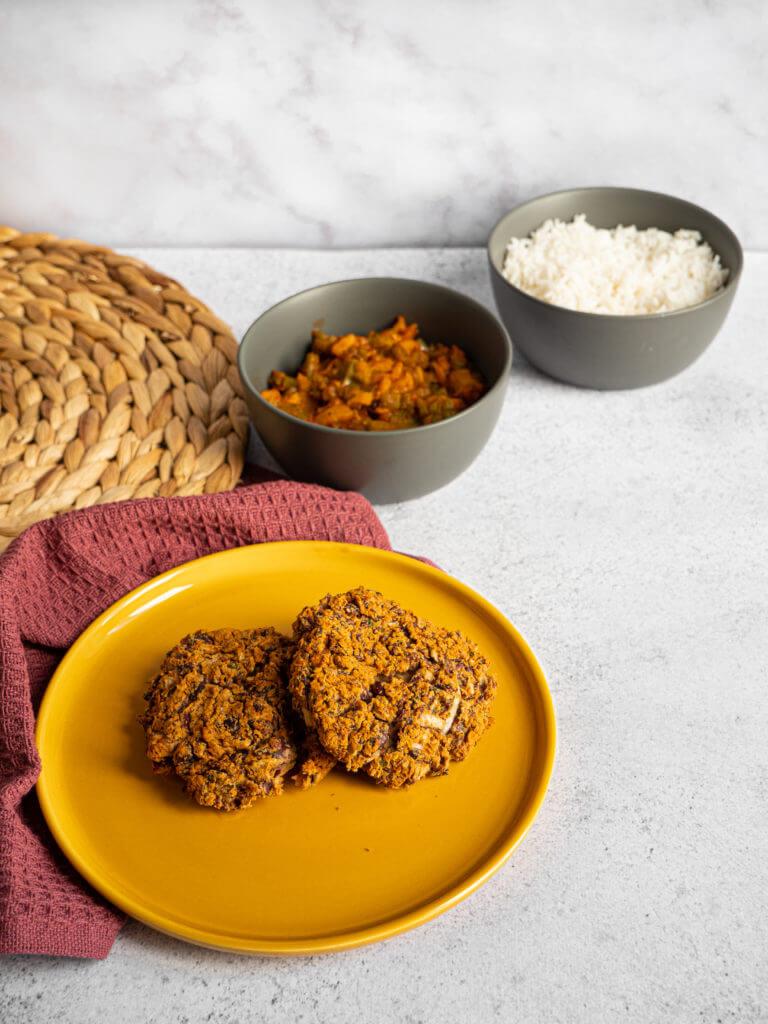Une recette de steak végétariens à base d'haricots rouges qui peut se servir avec du riz, des poivrons, de la sauce pimentée, etc.